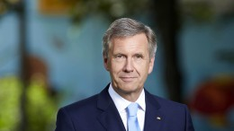 Laudiert Weltmeister-Kapitän Philipp Lahm: Bundespräsident a. D. Christian Wulff Foto: Chaperon
