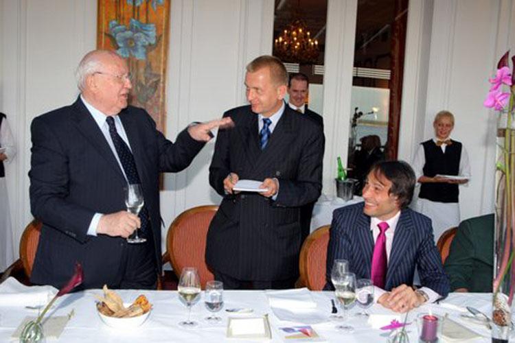 Michail Gorbatschow dankt Gastgeber Alexander-Klaus Stecher beim Sponsoren-Dinner in einer unterhaltsamen Rede. Mit im Bild Dolmetscher Alexander Korolkow Foto: Eventpress