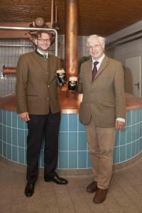 SKH Luitpold Prinz von Bayern (rechts) mit Brauereigeschäftsführer Oliver Lentz